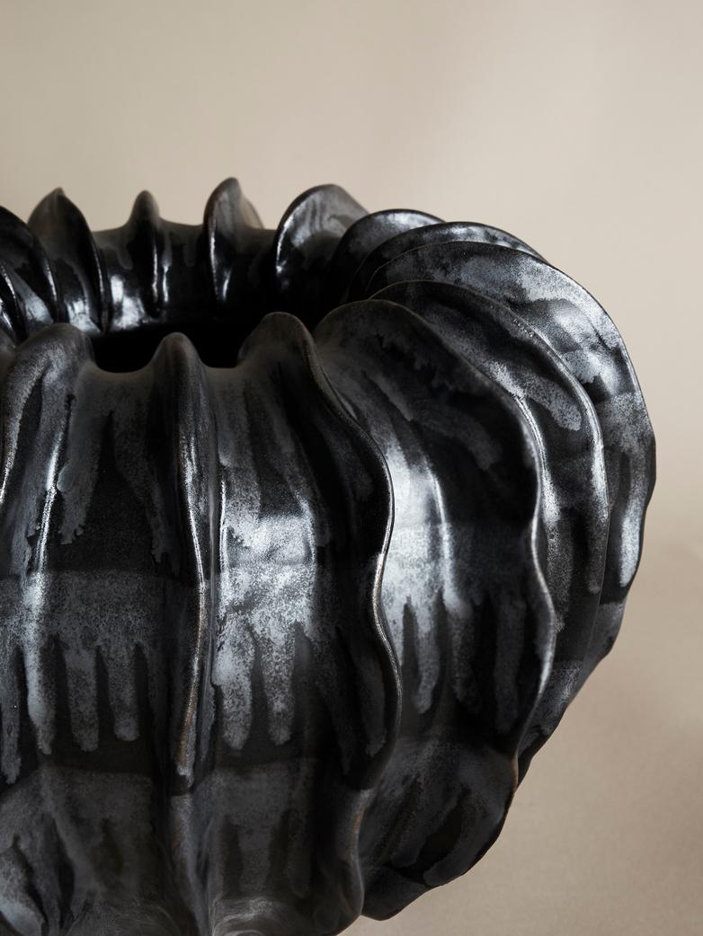 Round Wings Vase – Black Metallic