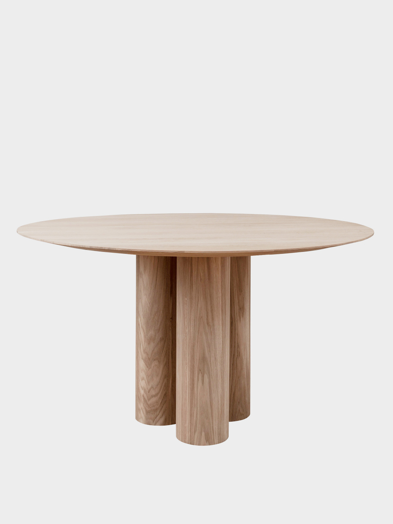 Hommage Grande Dining Table – White Stained Oak - Ø 135 cm