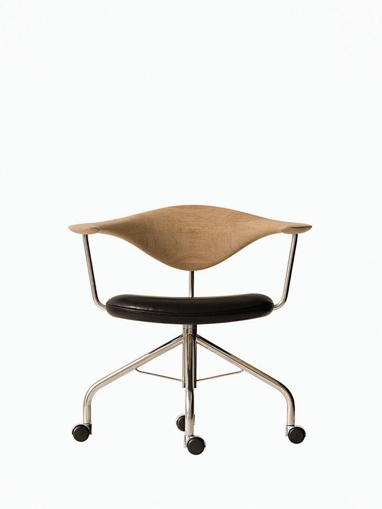 PP502 Swivel Chair – Soaptreated Oak – Black Leather