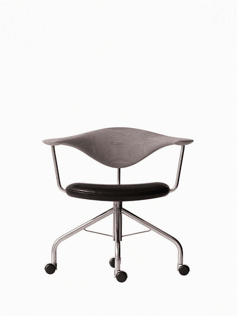 PP502 Swivel Chair – Lacquered Oak – Black Leather